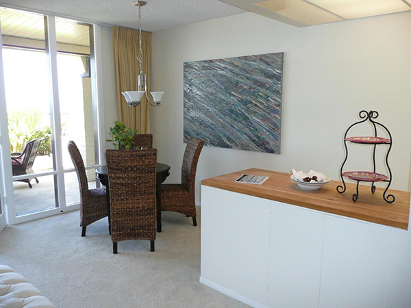 1359 Plaza Pacifica dining area